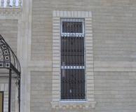 Комбинированный карниз и рустовое обрамление окна