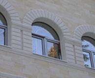 Арочное рустовое обрамление смежных окон