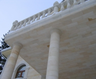Наружное обрамление балкона на колоннах