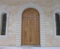 Наружное обрамление рустовой аркой двери и окон