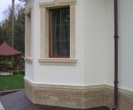 Облицовка цоколя РФ и обрамление окна с вертикальными каннелюрами