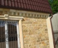 Обрамление угола дома и окон колоннами