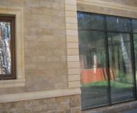 Рустовое обрамление угла и карнизное - окна и цоколя