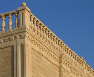 Балюстрада, зубчатый карниз и карнизная пилястра угла здания