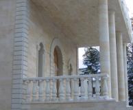 Центральный вход с колоннами и балюстрадой