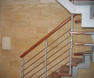Внутренний интерьер из ПС в сочетании металлической лестницей