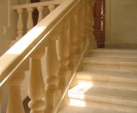 Внутренняя лестница со ступенями из РК и карнизного подступенника из ПС