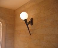 Внутреннее обрамление стены из РДс и светильник в форме факела
